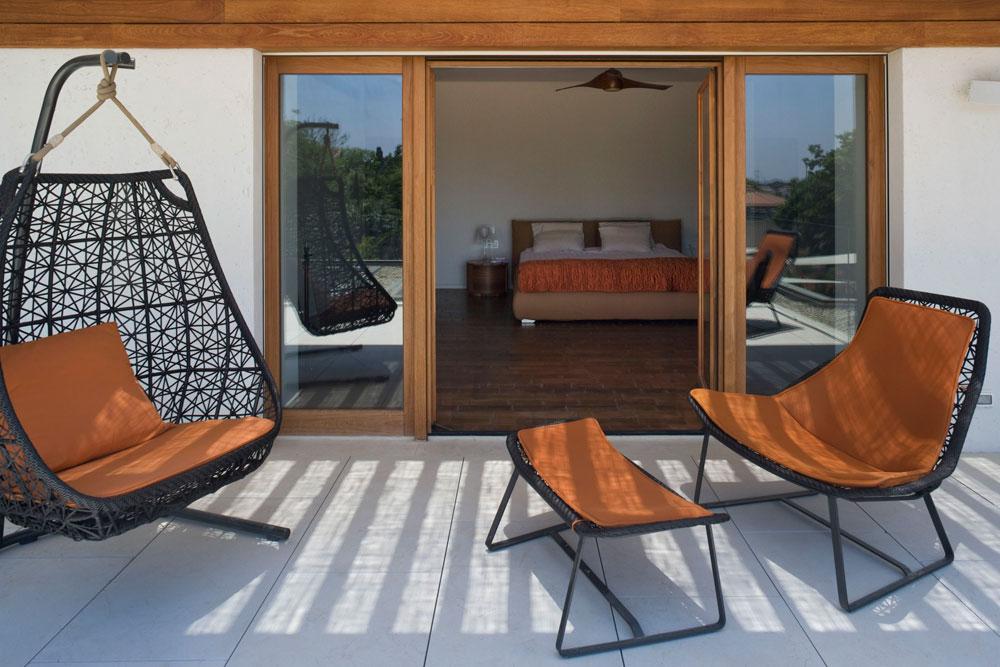 חדר השינה של בעלי הבית נמצא בקומה העליונה ונהנה ממרפסת גדולה שפונה אל הגינה  (צילום: מיקאלה בורסטאו)