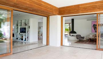 מבט מהגינה: משמאל פינת הטלוויזיה שבחלל המטבח, מימין פינת הישיבה בסלון (צילום: שירן כרמל)