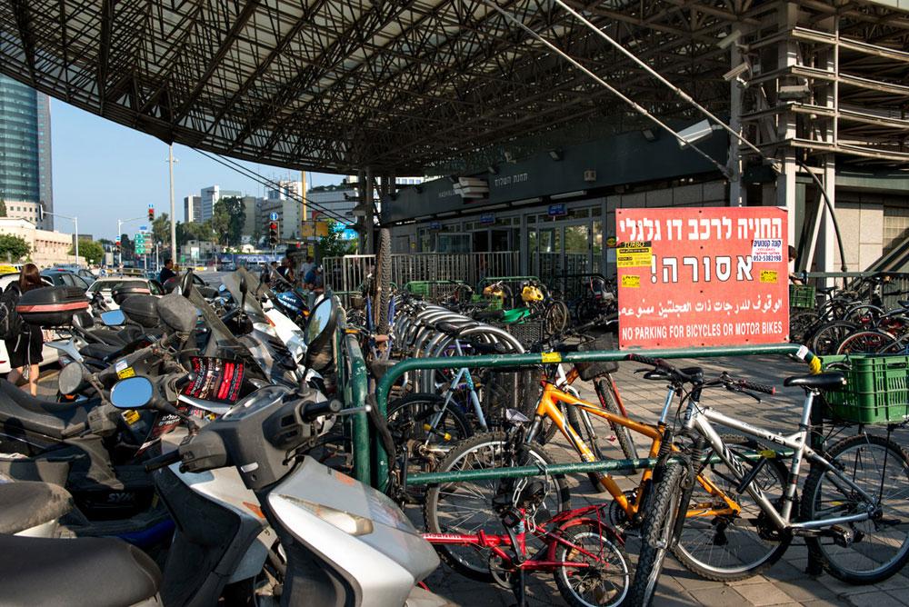 שעת צהריים מחוץ לתחנת הרכבת ''השלום'', ורוכבי העיר ממהרים מכדי להתעכב על השלטים (צילום: אילן נחום)