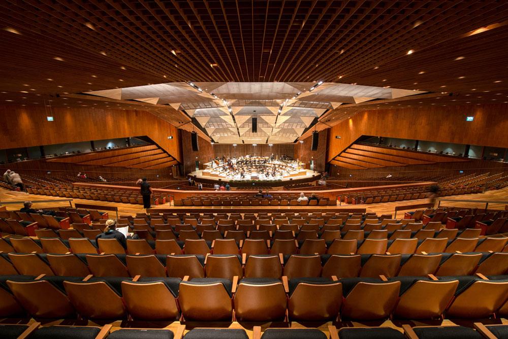 רגע לפני שהקונצרט מתחיל, באולם היכל התרבות, שיחד עם ''הבימה'' הסמוך עבר שיפוץ כולל (צילום: אילן נחום)
