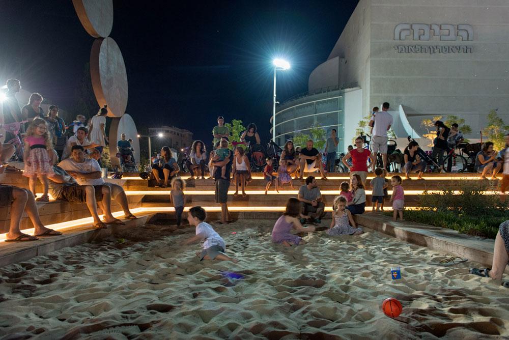 ארגז החול ב''כיכר התרבות'' החדשה הפך למגרש המשחקים של משפחות לב העיר (צילום: אילן נחום)