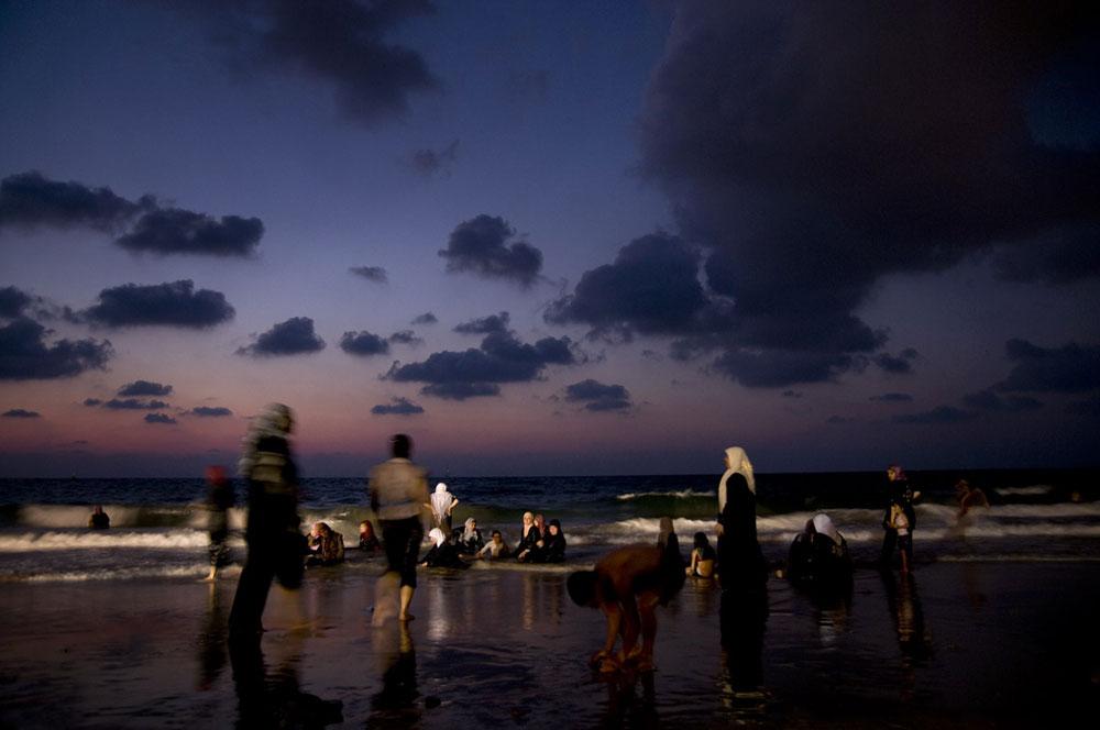 ערביי יפו מעדיפים את החול של חוף ''מאנטה ריי'' (צילום: אילן נחום)