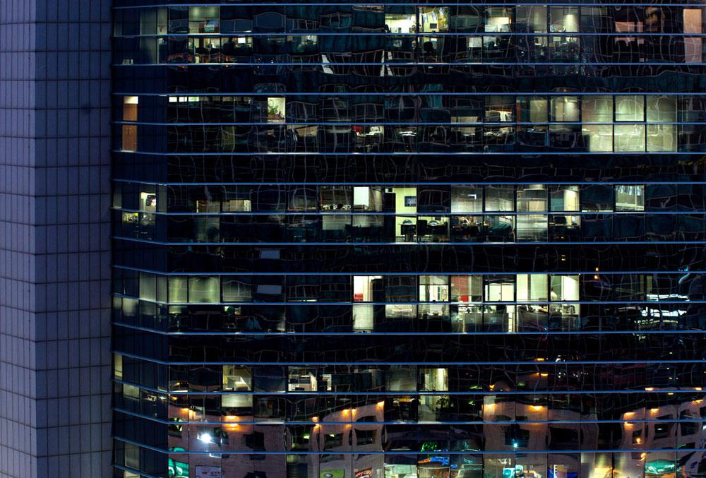 שעות העבודה במגדלי המשרדים החדשים מתארכות לתוך הערב (צילום: אילן נחום)