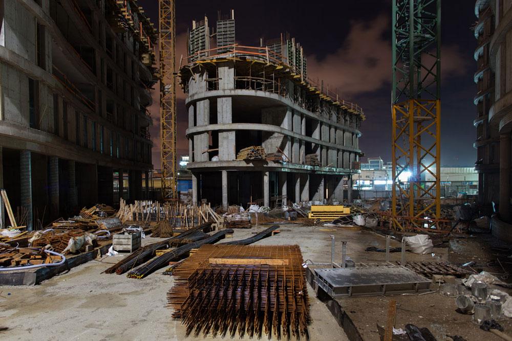 ובפלורנטין נבנים ארבעה מגדלי מגורים חדשים, שיחד עם רבים אחרים שצצים בשכונה, יצופפו אותה ללא הכר. רוב הדירות כבר נמכרו (צילום: אילן נחום)