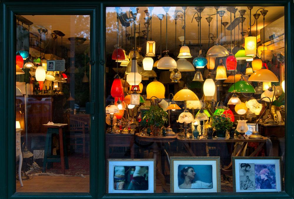יש דברים שלא משתנים. המנורות נדלקות בחנות ותיקה ברחוב אבן גבירול (צילום: אילן נחום)