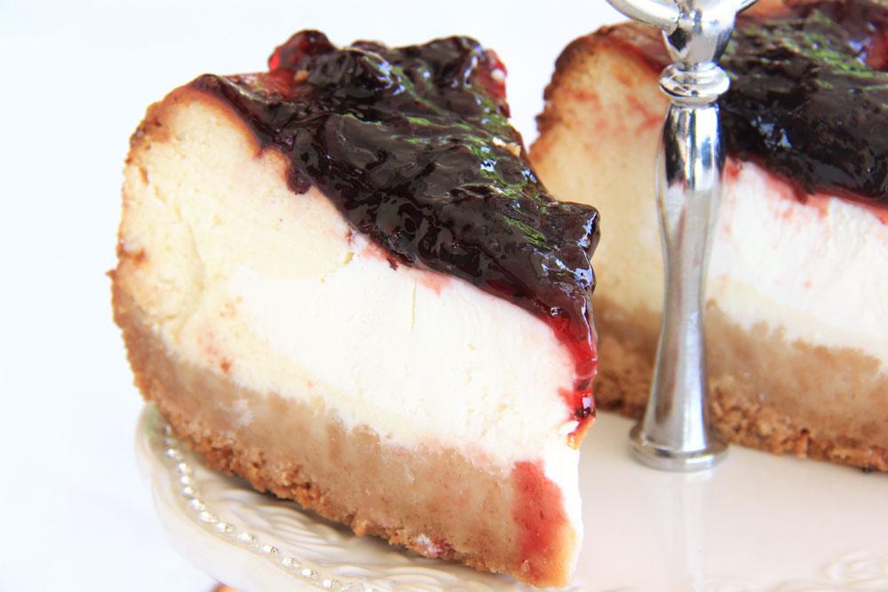 עוגת גבינה ואוכמניות (צילום: אסנת לסטר)