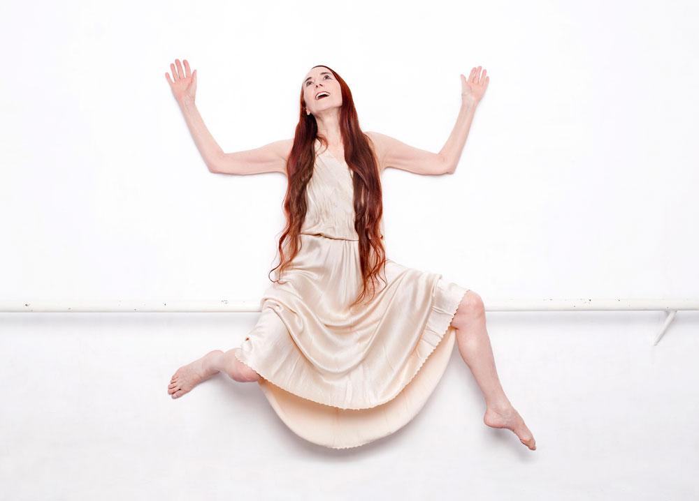 """רנה שיינפלד. """"תמיד שואלים אותי למה אני מעדיפה לרקוד עם מקל או שמלה ולא עם בן אדם. התשובה היא שאחרי 17 שנה בבת שבע, אני מעדיפה לרקוד עם מקל"""" (צילומים: ענבל מרמרי)"""
