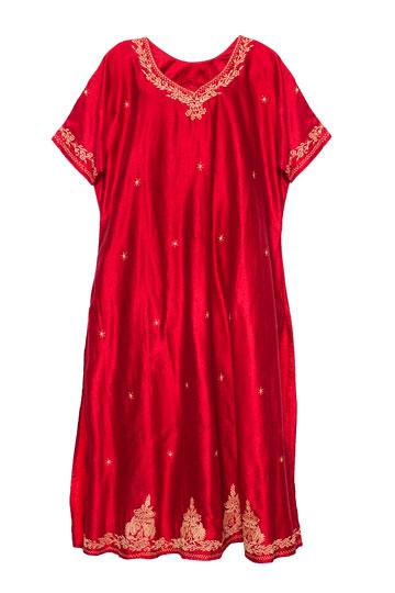 """שמלה בצבע בורדו מהודו. """"ביקרתי בהודו רק פעם אחת בחיים. העושר, הצבעוניות והטקסטיל המדהים שבה כבשו אותי"""" (צילומים: ענבל מרמרי)"""