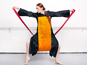 ממציאה ריקודים לבגדים. רנה שיינפלד (צילומים: ענבל מרמרי)