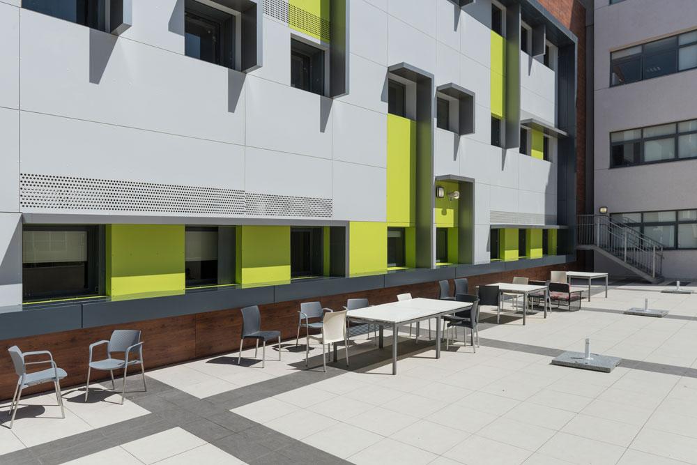בניגוד לחזית הנוקשה, שמזכירה בניין היי-טק, המרפסות זוכות לטיפול צבעוני יותר. כאן אפשר להתרווח בהפסקות (צילום: אלי סינגלובסקי )