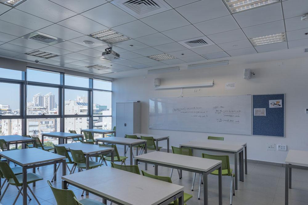 התיכון משקיף על הבניינים השכנים. מנכ''ל החברה הכלכלית, ניצן פלג, אינו זוכר שנרשמו תלונות על בית ספר כה חריג בגובהו (צילום: אלי סינגלובסקי )
