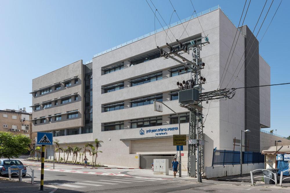הגימנסיה אינה מוקפת גדרות, כמו רוב בתי הספר בישראל: הקירות הם החזית לרחוב, וכך היא נטמעת טוב יותר בתוך השכונה הקיימת מבלי להתבצר (צילום: אלי סינגלובסקי )
