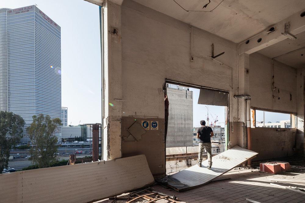 המחלבה על רקע קו הרקיע הממריא של תל אביב. כל המתחם יימחק, תיווצר משבצת קרקע של 23 דונם על גדות האיילון, והמטרה היא להקים 3 מגדלים של 55 קומות ועוד אחד של 40 קומות (צילום: טל ניסים)