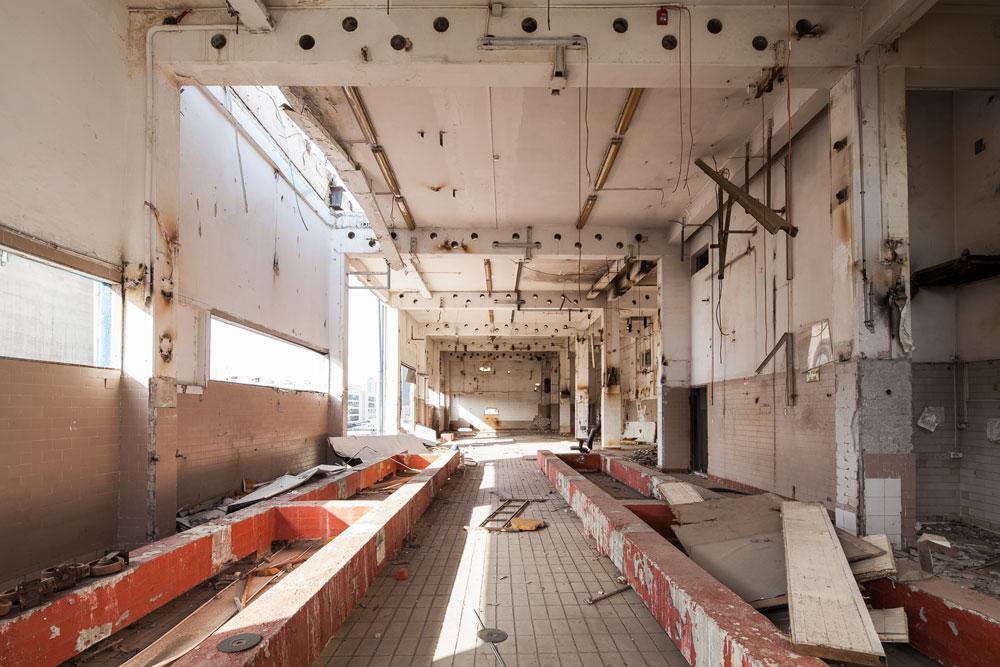 כך זה נראה מבפנים. אולמות הייצור, המשרדים והמחסנים נטושים, קפואים בזמן (צילום: טל ניסים)