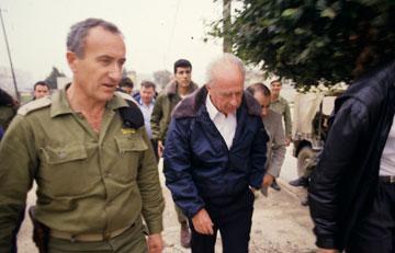 """האב, זאב ליבנה, עם ראש הממשלה יצחק רבין. """"יש לי את המשמעת הצבאית המושרשת"""" (צילום: שאול גולן)"""