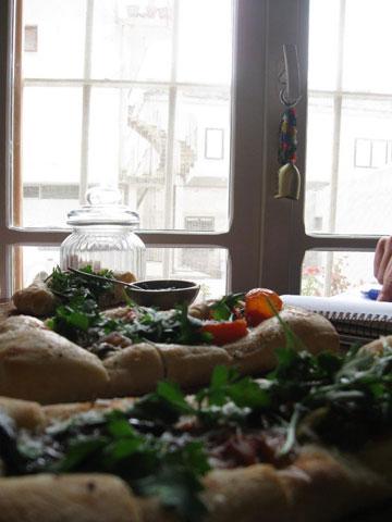 The good bread bakery.  ברקע מתנגנים שאנסונים נוגים (צילום: אריאלה אפללו)