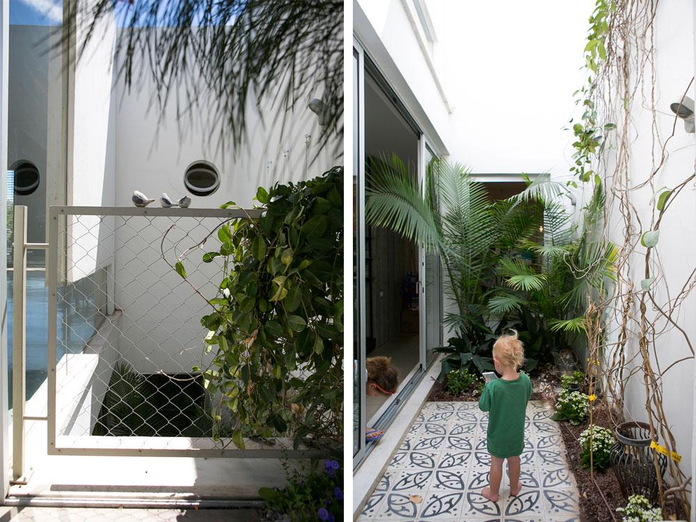 מימין: גילי בן השנתיים בפטיו (מבט מתוך חדר ההורים). משמאל מבט אל הפטיו ממרפסת הגג. חלון זכוכית מפריד בינו לבין הסלון (צילום: שירן כרמל)