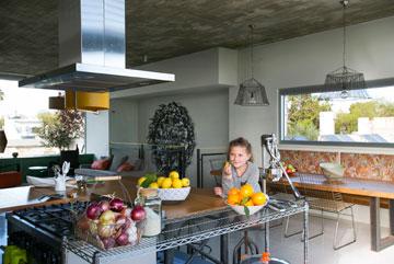 מאיה במטבח (צילום: שירן כרמל)