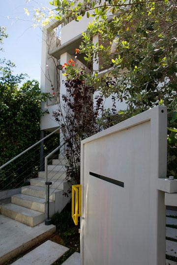 שביל מוביל מהשער אל המדרגות, שהוזזו לצד הבניין (צילום: שירן כרמל)