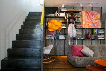 ספרייה ומדרגות מפלדה (צילום: שירן כרמל)