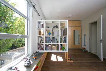 ארון ושולחן כתיבה בצד השני  (צילום: שירן כרמל)
