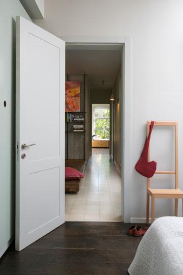 המסדרון שמחבר בין חדר ההורים לחדרי הילדים (צילום: שירן כרמל)