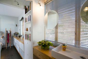 המראות מעל כיור הרחצה תלויות מהתקרה, על רקע התריסים (צילום: שירן כרמל)