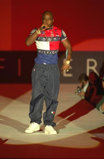 תצוגה של טומי הילפיגר בשנת 1996. חילק בגדים של המותג בשכונות עניות (rex/asap creative)