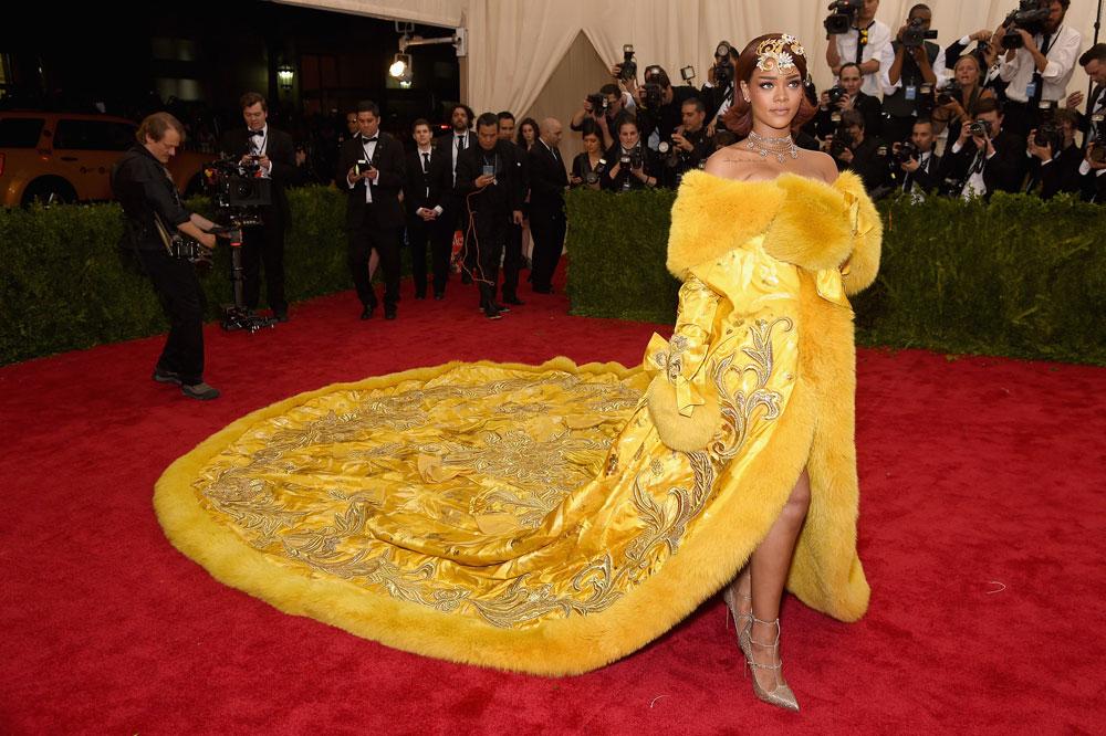 ריהאנה על השטיח האדום בערב הגאלה השנתי של מוזיאון המטרופוליטן. מפרגנת לבית אופנה סיני ונראית כמו בת מלוכה (צילום: gettyimages)