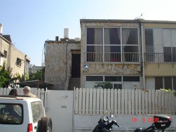 ''לפני'': דירת 65 מ''ר בקומה השנייה של בניין קטן (באדיבות קרני חורש)