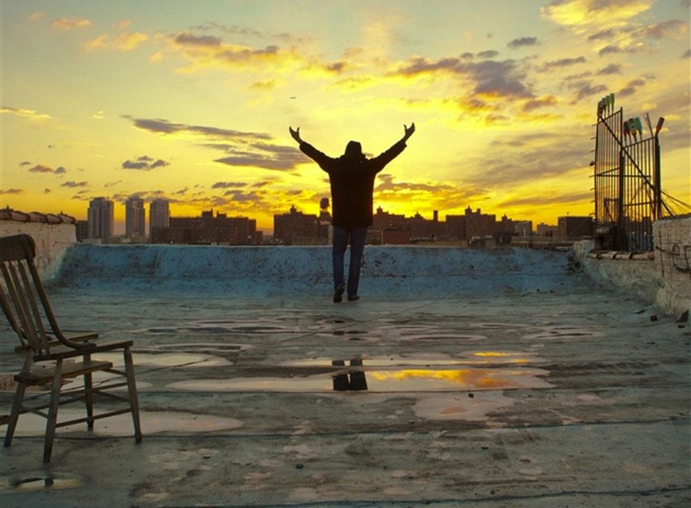 """מארק ריי, מתוך הסרט Homme Less. """"ברגע שבו החלטתי לגור ברחוב ירד לי הלחץ מהכתפיים. כל המחשבות האפלות לשים קץ לחיי עזבו אותי"""" (צילום: Thomas Wirthensohn)"""