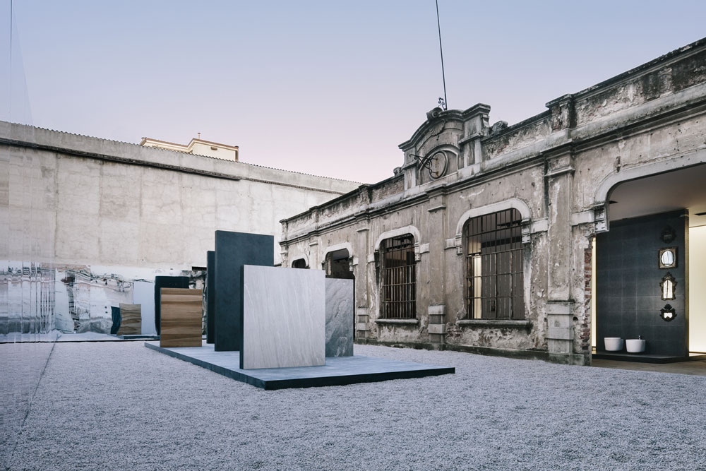 Cotto  גם פונה לשוק המוסדי, עם משטחי ענק של שיש, כמעט-שיש וקרמיקה בפורמטים גדולים במיוחד. כל משטח שנראה בתצלום, מתוך התצוגה שלהם במילאנו, הוא יחידת הבסיס (צילום: ©federicocedrone)