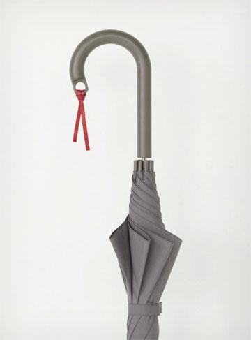 אחד הפריטים הנמכרים ביותר: מטרייה בעיצובו של קונסטנטין גרצ'יץ'. לידית אפשר לקשור כל מיני חפצים, מפתח למשל (באדיבות Muji)