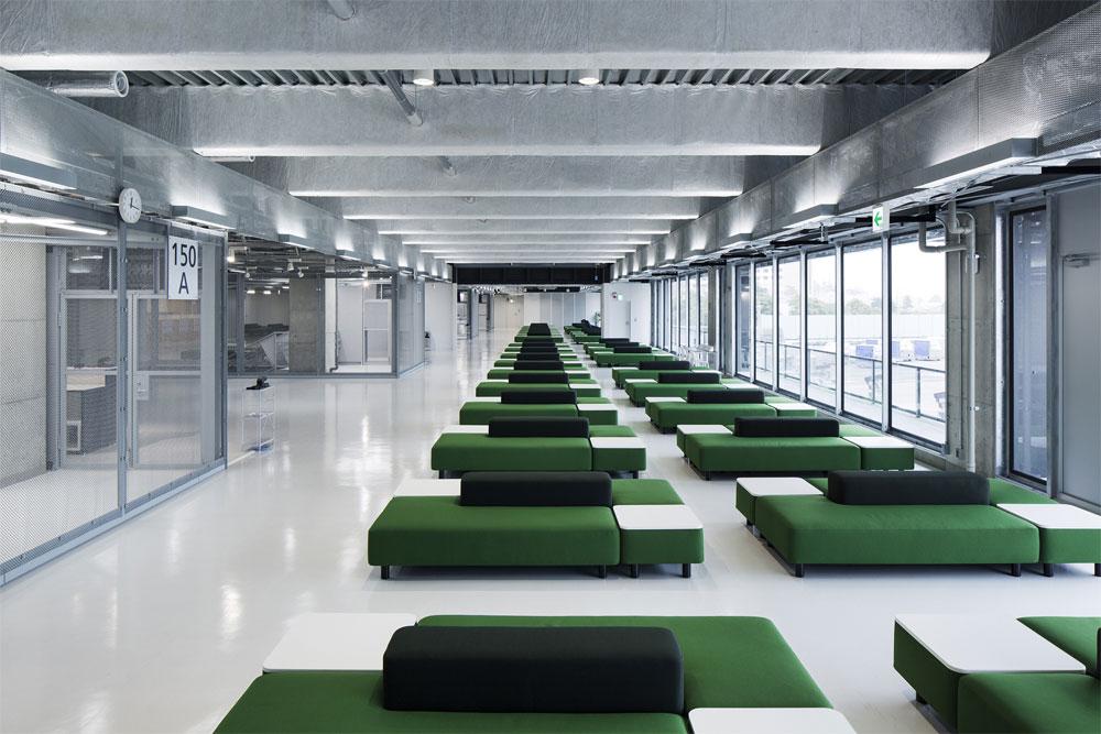 במסגרת פעילותה המתרחבת עיצבה מוג'י את הספות בטרמינל התעופה החדש Narita בטוקיו. אפשר גם לשכב לנוח על הספות האלה, מסביר יאסוי, ולהניח את הרגליים על משטחי העץ (צילום: Kenta Hasegawa)