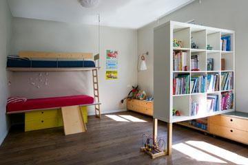 מיטת קומתיים בצד אחד של החדר (צילום: שירן כרמל)