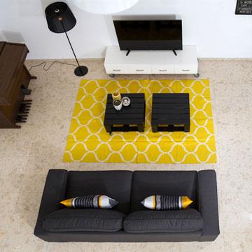 שילוב של אפור, לבן וצהוב במרחב הציבורי של הדירה יוצר אווירה ביתית ועדיין שיקית (צילום: נויה שילוני-חביב)
