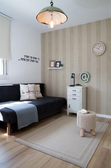 """""""השגנו מתרומות פרקטים, ארונות ומיטות לכל החדרים כדי לתת בסיס טוב לסטיילינג של החדר"""", מספרת בלבול (צילום: נויה שילוני-חביב)"""