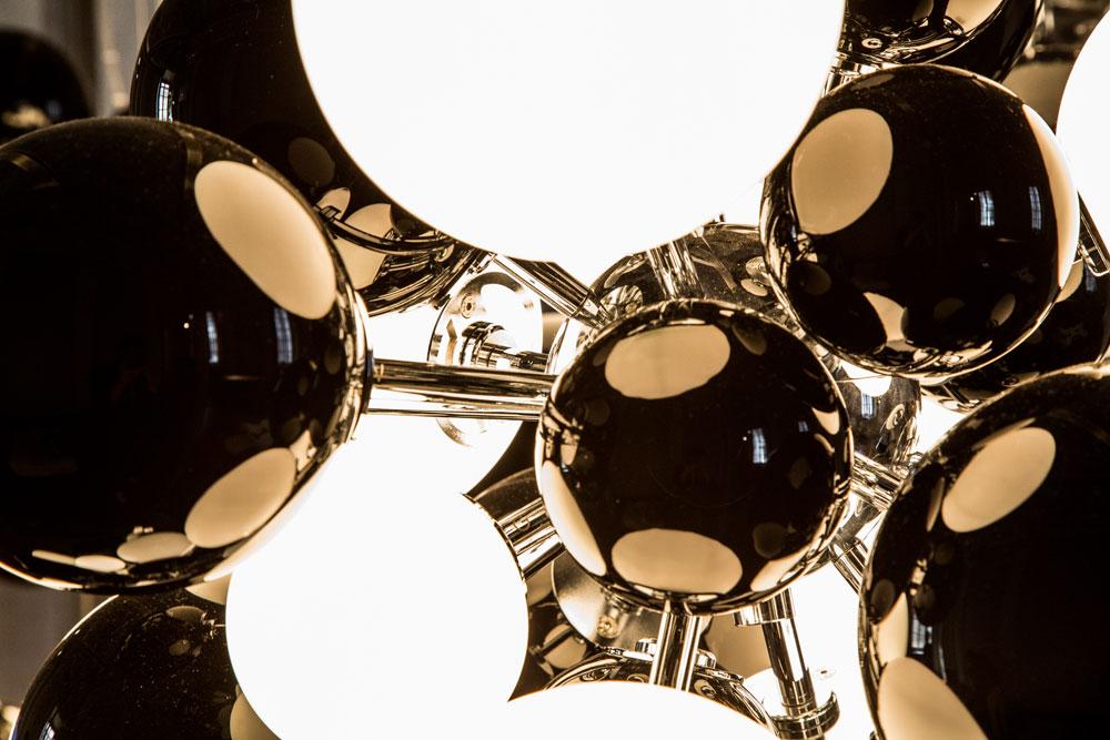 עמנואל באבלה מתמחה בניפוח זכוכית Murano, הודות לעבודה משותפת עם בעלי מלאכה מסורתיים בכפר האיטלקי המפורסם. התוצאה היא מבנים מרתקים של בועות זכוכית בצבעים שונים, שמתמזגות זו לתוך זו (צילום: Rafael Medina Adalfio)