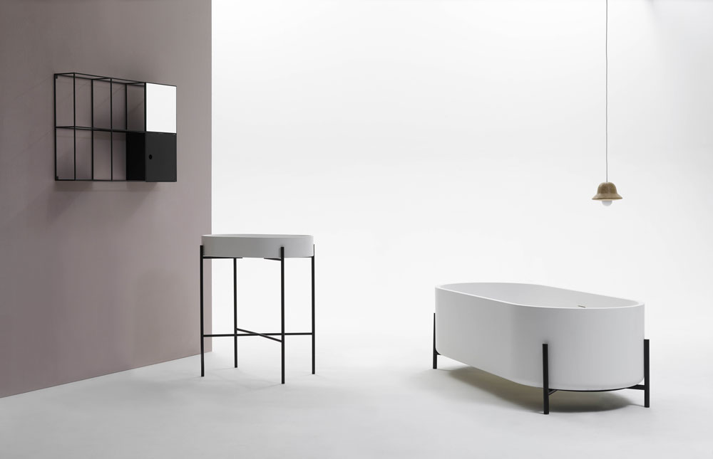 נקי, מונוכרומטי וסטרילי: אבזרי האמבטיה בסגנון הסקנדינבי של Ex.t, שהם בעצם חברה איטלקית שמייצרת פריטים בסגנון נורדי (צילום: Norm Architects)