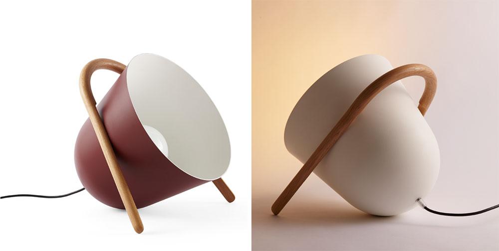ספלי הקפה הנטויים הם Elma של הסטודיו האיטלקי Incipit. המשחק בין חוט המתכת וידית העץ הוא לא רק אסתטי, אלא משפיע על זווית ההעמדה וזווית התאורה המבוקשות