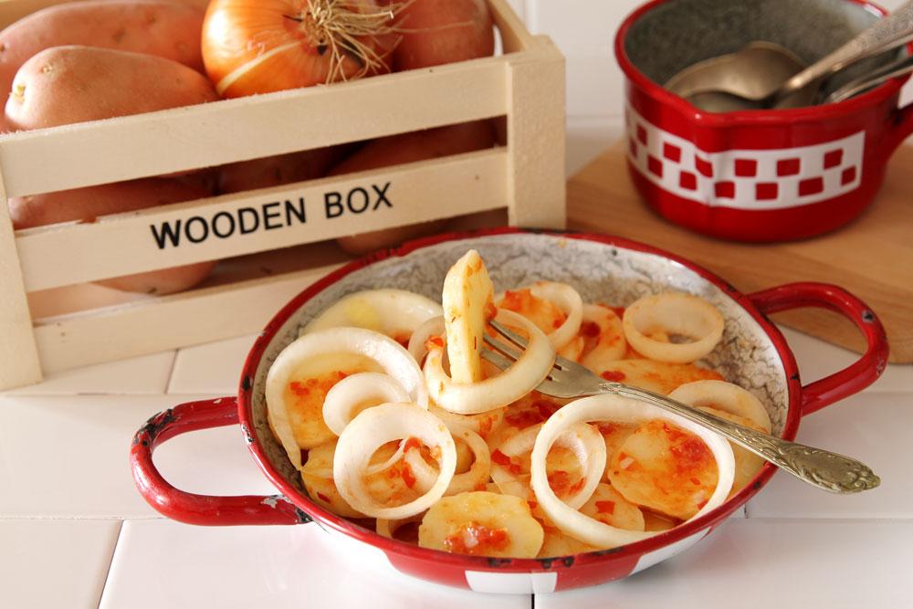 סלט תפוחי אדמה עם אריסה ובצל (צילום: אסנת לסטר)