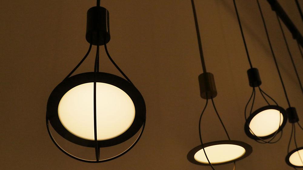 טכנולוגיית OLED מאפשרת גמישות רבה בתאורה, תרתי משמע: המשטחים המודפסים הם גמישים ומאפשרים למעצבים קשת של אפשרויות. LG Chem הקוריאנית בתצוגת תכלית (צילום: LG Chem)
