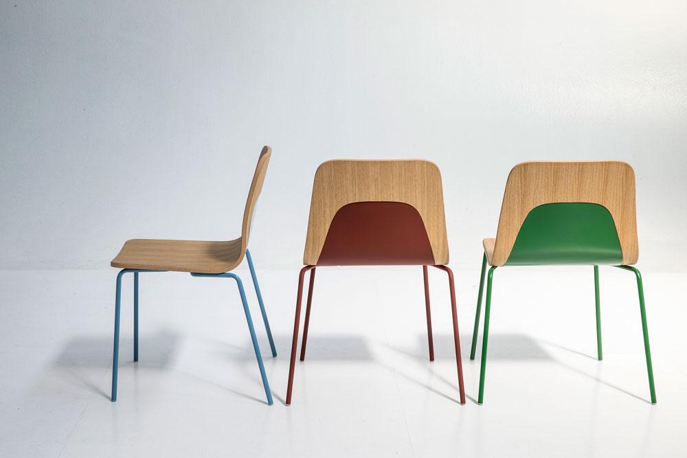 כיסאות פשוטים למראה של בן ואן ברקל ל-Moroso, כשמשענת הגב התחתון אוחזת מלמטה את המושב בצבעים מתחלפים (צילום: PHOTO By Alessandro Paderni)