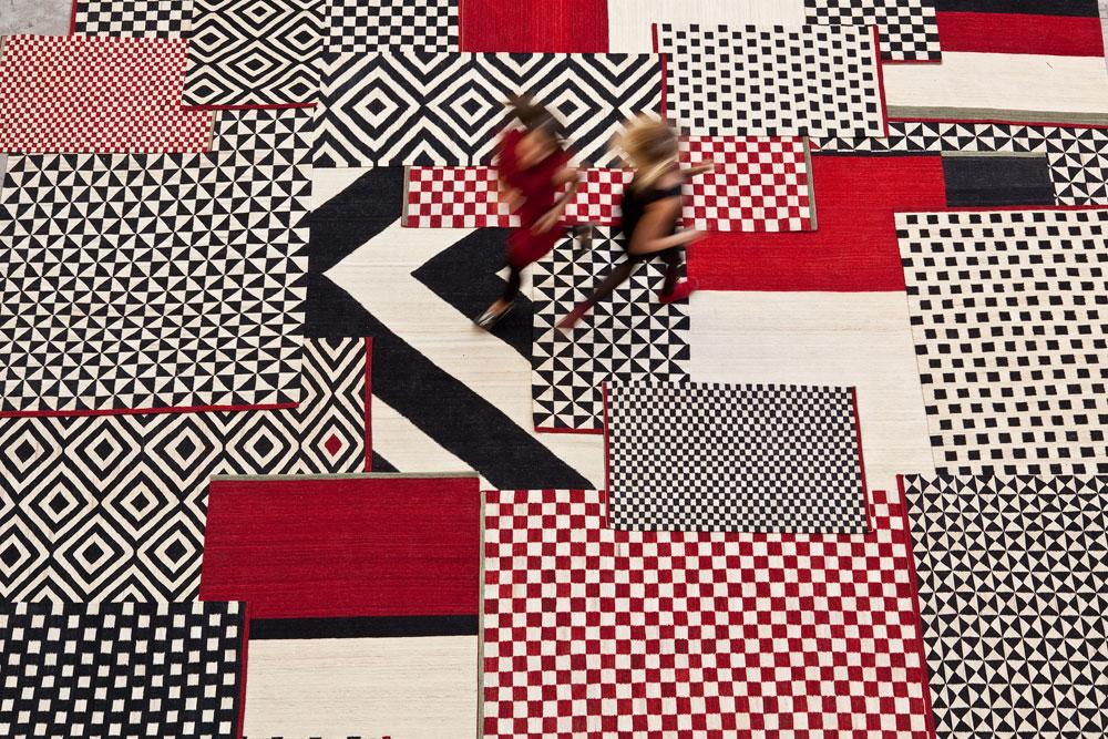 ''נני מרקינה'', בית השטיחים הספרדי המוערך, בקולקציית Melange של המעצבת Sybilla. אדום ושחור מרצדים בשטיחים וריפודי רהיטים