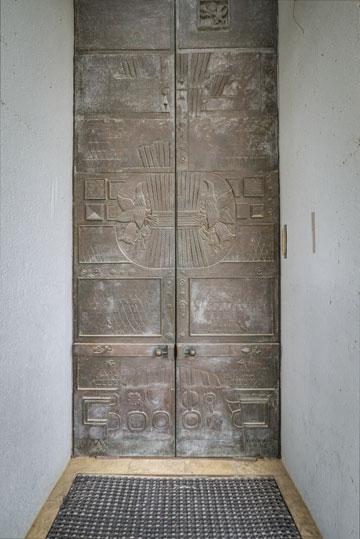 דלתות הכניסה מבחוץ: מחופות ברונזה (צילום: איתי סיקולסקי )