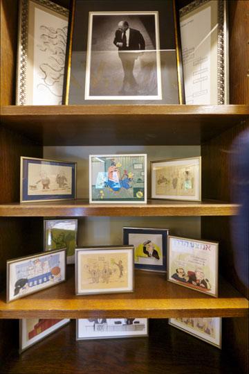 תמונת מנחם בגין וקריקטורות של ריבלין בלשכה הנשיאותית (צילום: איתי סיקולסקי )
