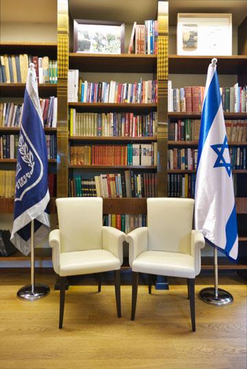 כורסאות ודגלים באחת מפינות הטרקלין (צילום: איתי סיקולסקי )