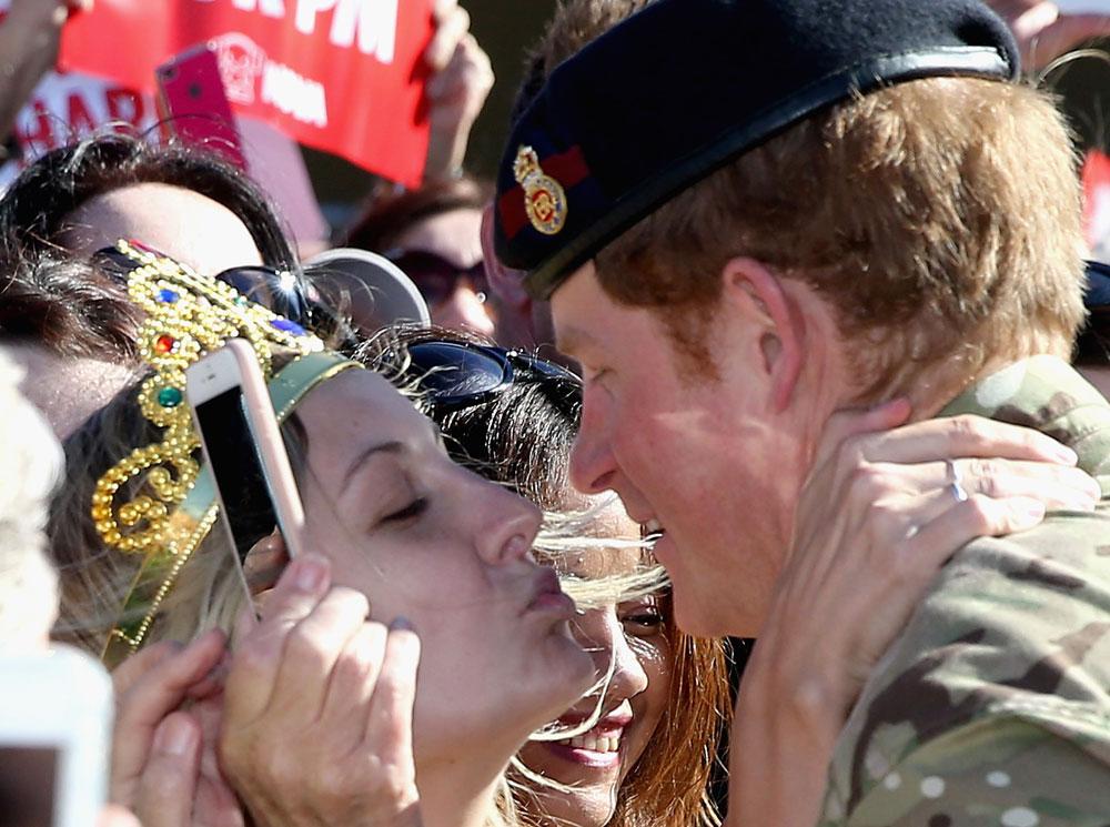 גם הארי הרגיש בכימיה? ויקטוריה מקריי גונבת נשיקה (צילום: gettyimages)