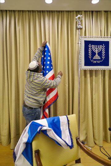 תולים את הדגל האמריקאי לקראת ביקור של חברי קונגרס (צילום: איתי סיקולסקי )