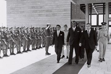 """שגריר ליבריה ופמלייתו יוצאים מהמשכן, 1972 (צילום: פריץ כהן, לע""""מ)"""